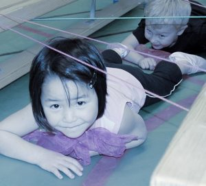 En flicka och en pojke som kryper på Träningsverket i Laholm