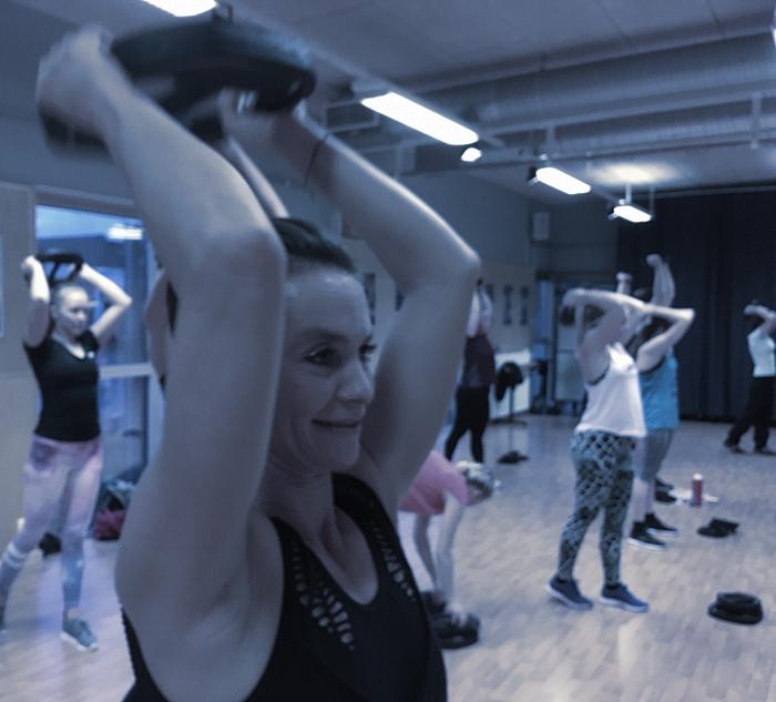En kvinna tränar styrketräning på Träningsverket i Laholm